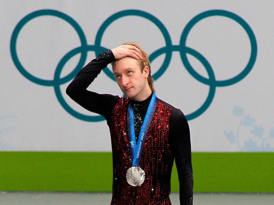 Евгений Плющенко, завоевавший серебряную медаль, во время церемонии награждения на XXI зимних Олимпийских играх в Ванкувере. Фото © ТАСС / Виталий Белоусов