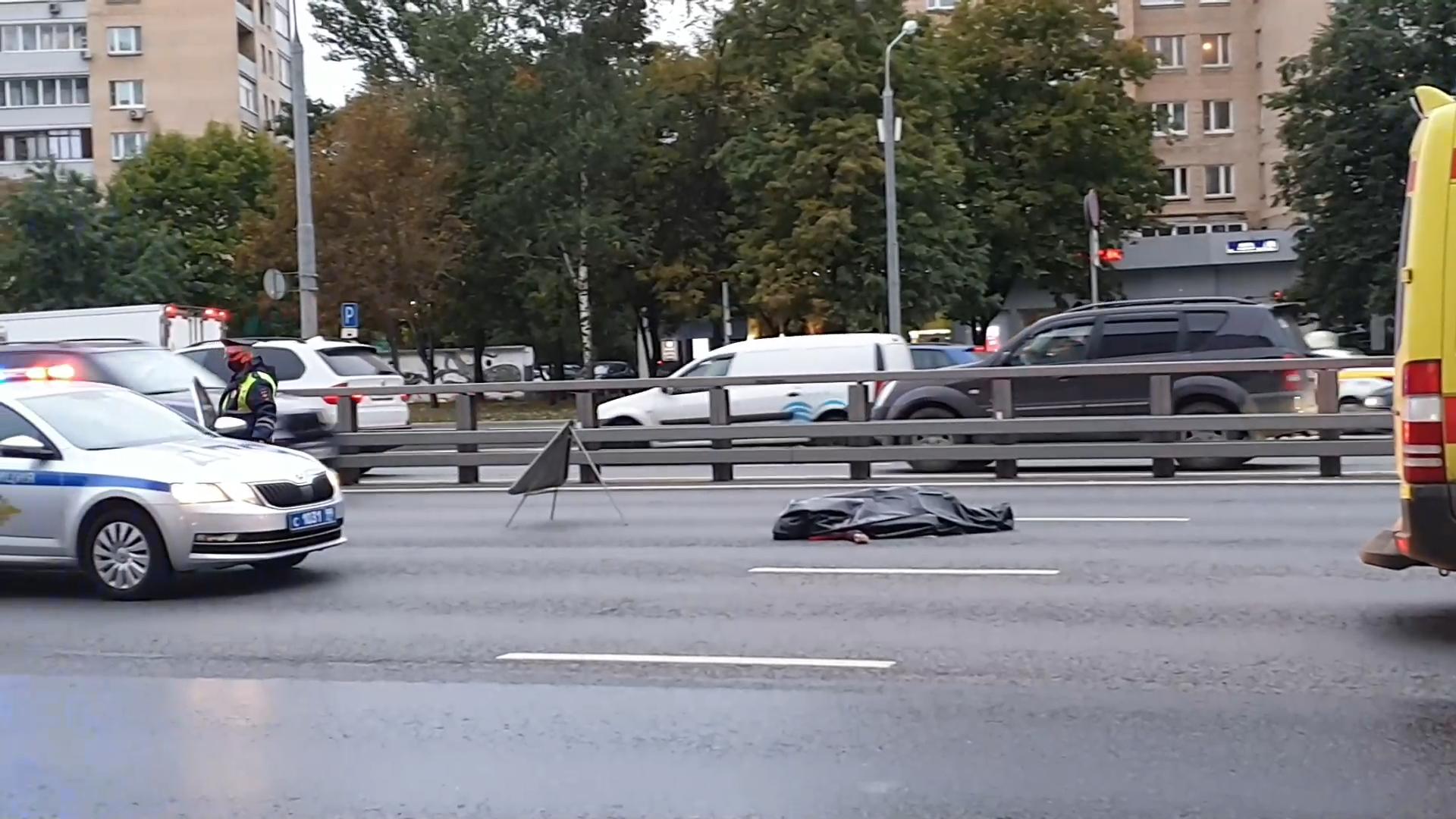 В Москве лихач на приоре насмерть сбил вышедшего из машины таксиста и покалечил его пассажира