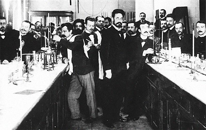 Иван Кондаков в химической лаборатории Фото © Московский журнал
