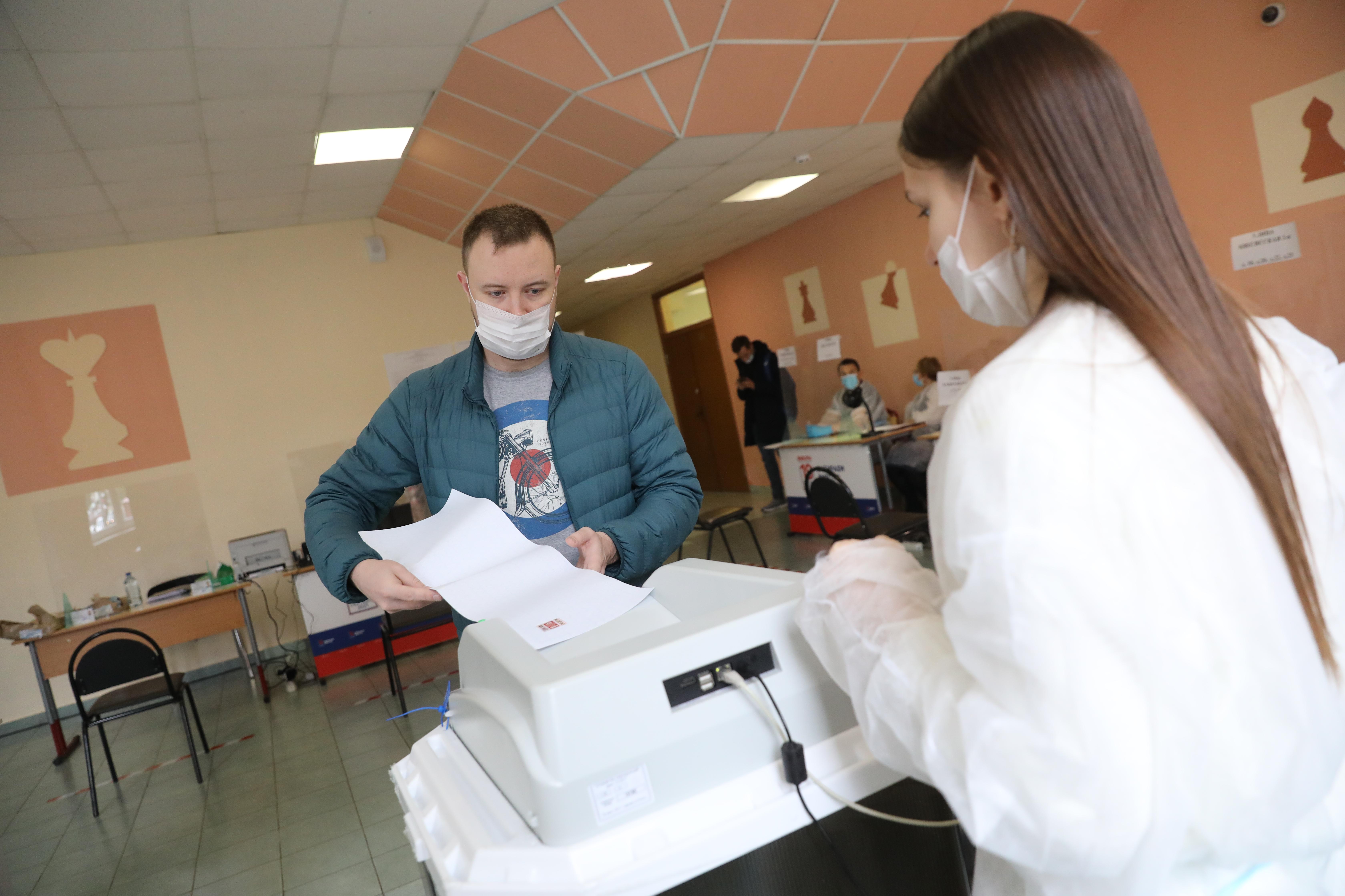 В восьми регионах России на думских выборах зафиксировано 12 случаев вброса бюллетеней