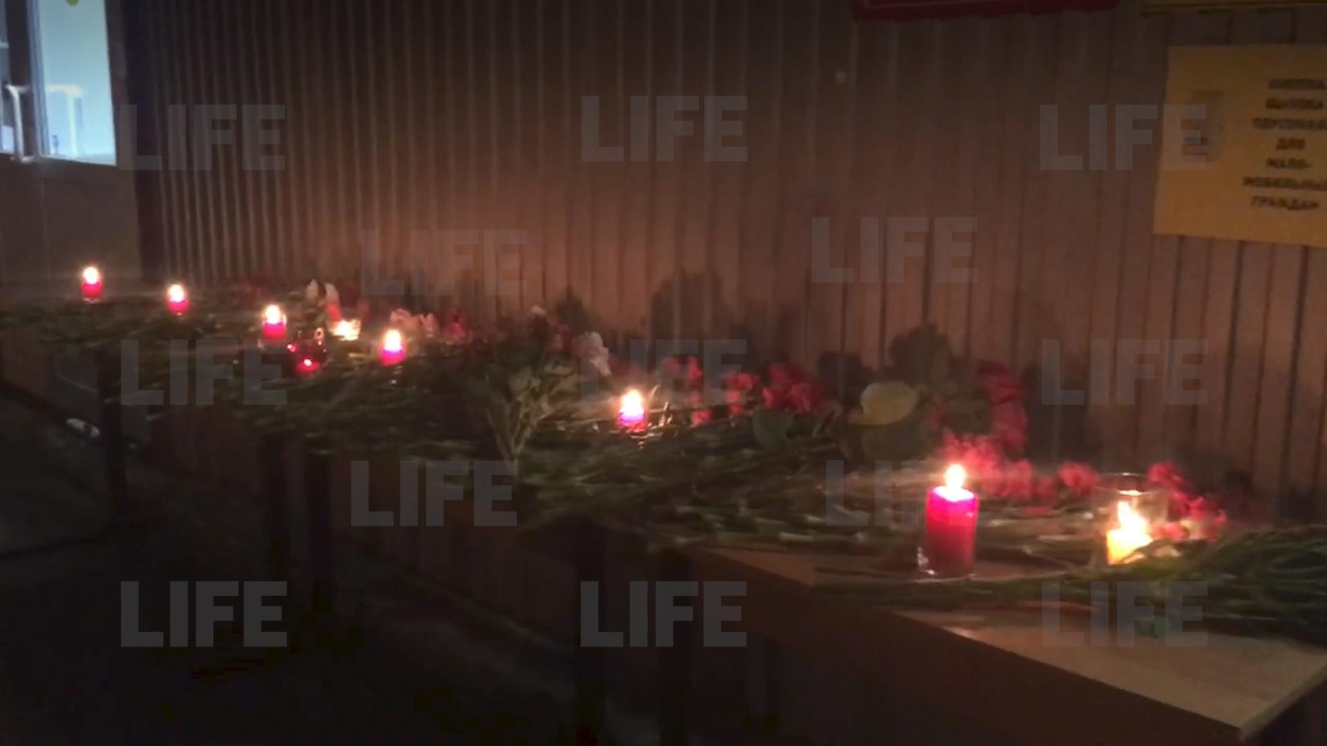 Возле здания вуза в Перми появился стихийный мемориал в память о погибших при стрельбе