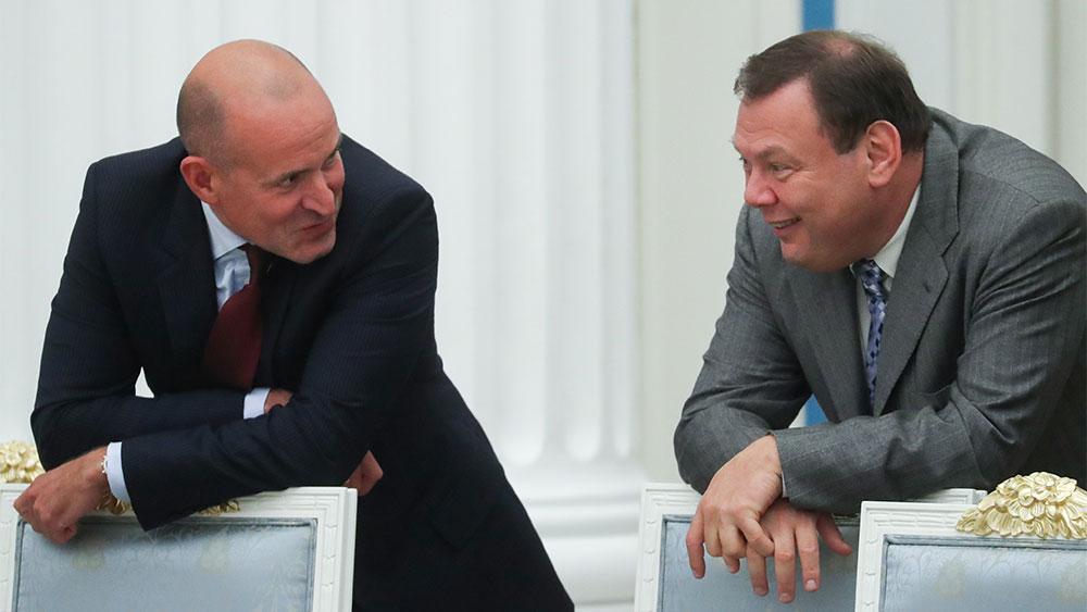 Виктор Харитонин (слева). Фото © ТАСС / Савостьянов Сергей