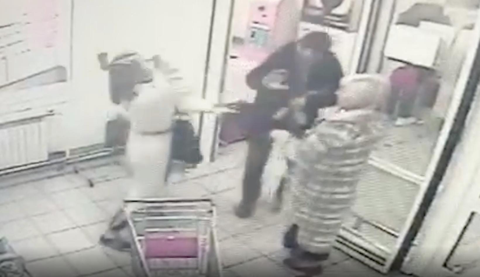 Нападение мужчины в женской одежде с топором на покупателей Магнита попало на видео
