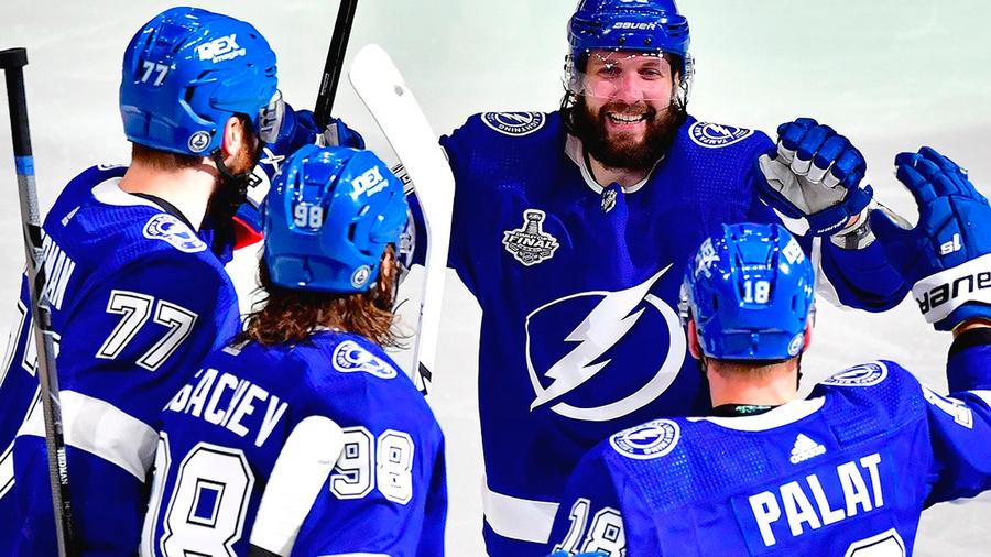 "<p>Никита Кучеров (второй справа). Фото © Twitter / <a href=""https://twitter.com/PR_NHL/status/1409713851612893187/photo/1"" target=""_blank"" rel=""noopener noreferrer"">PR_NHL</a></p>"