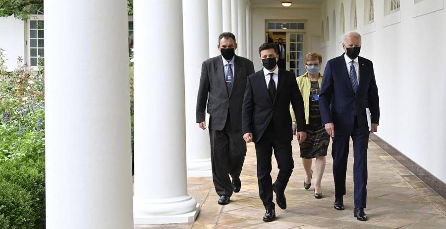 На Украине заявили, что Байден пообещал не оставить её один на один с Россией