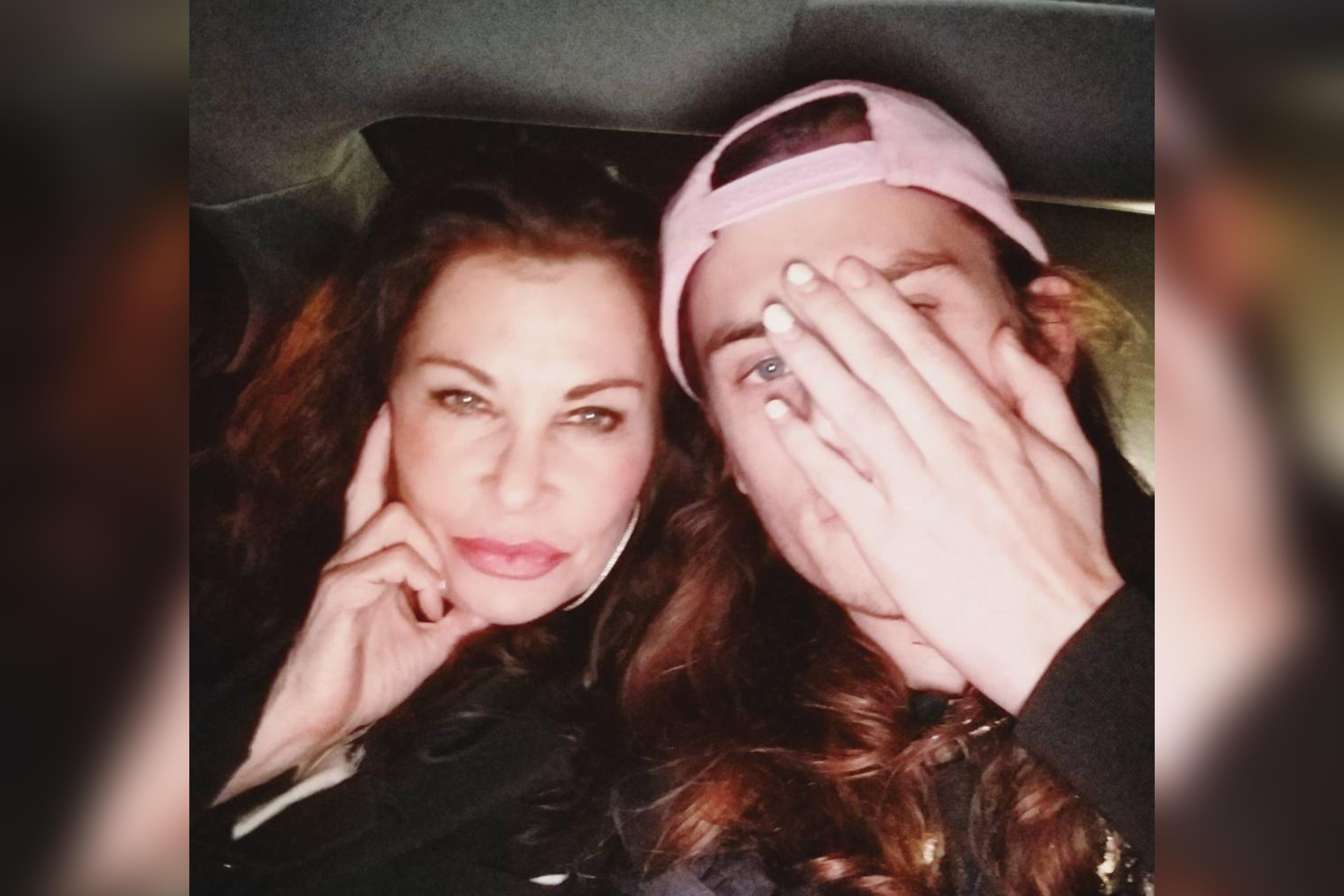 Гарри вместе со своей матерью. Фото ©Instagram/harryhains