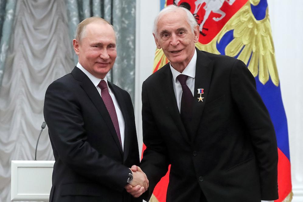 <p>Владимир Путин и Василий Лановой. Фото © Вячеслав Прокофьев / ТАСС</p>