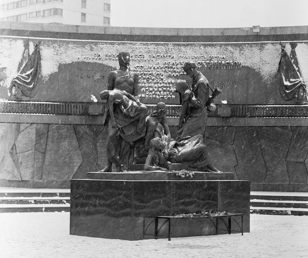 На Нюрнбергском процессе советские представители назвали цифру погибших — 632 тысячи. Все погибшие — мирные жители. Блокаду Ленинграда многие историки считают геноцидом, в котором виновата нацистская Германия. При этом реальная цифра погибших, как считают историки, могла достигать 1,5 млн человек. То есть умер каждый второй житель Ленинграда. Фото ©Wikipedia