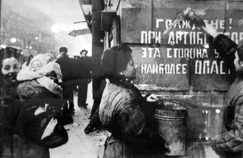 Ежедневно город бомбили и обстреливали — немцы сбросили 107 000 бомб. Уничтожили 3000 зданий. Жители рыли доты и траншеи. Оборонительные баррикады растянулись на 35 километров. Фото ©Wikipedia