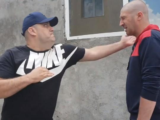 """Сороченко в кадре провоцирует и жестоко бьёт """"героя АТО"""". Скриншот © YouTube"""
