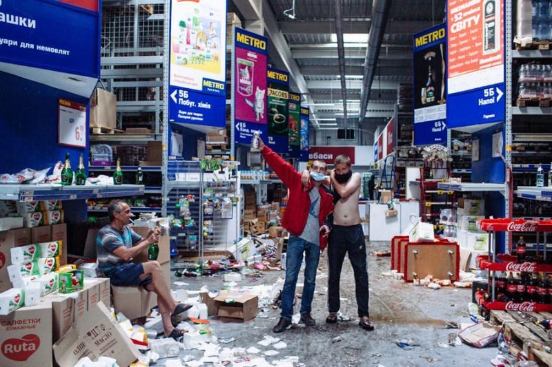 Магазины Абдуллаевых теперь напоминают сцены из фильма о зомби-апокалипсисе. Фото © taxfree.livejournal.com