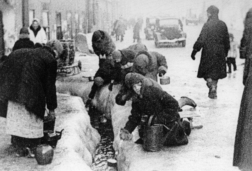 Зимой 1941 года было необыкновенно холодно. Температура опускалась до 32 градусов ниже нуля. Чтобы обогреться, люди сожгли почти всю деревянную мебель и срубили все деревья в городе. Этот период стал самым трагичным за историю города. Фото ©AP Photo