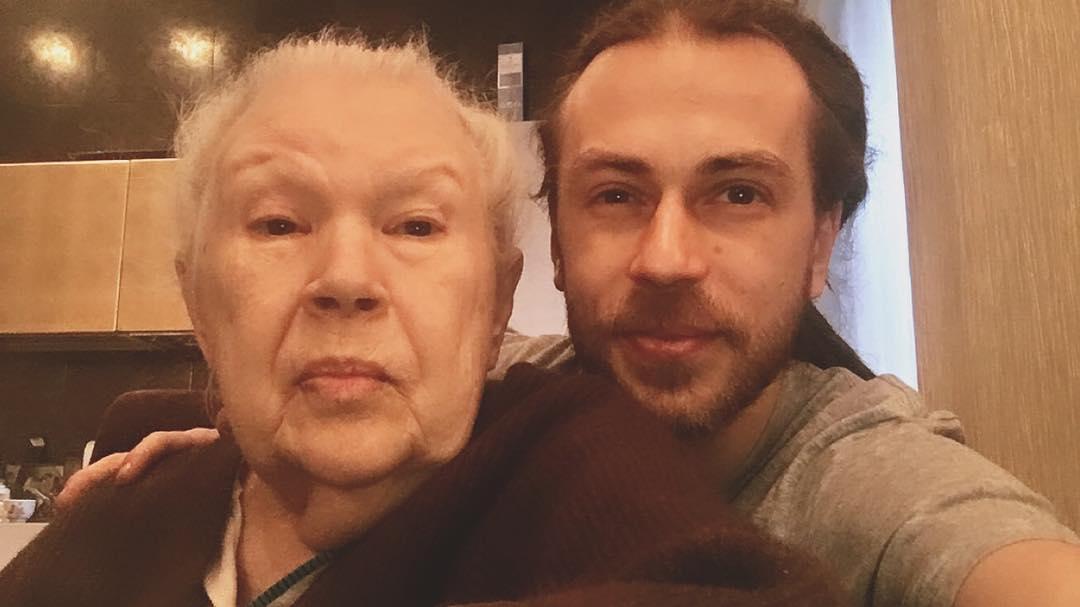 Кирилл Толмацкий с бабушкой. Фото © Instagram / irinatolmatskaya