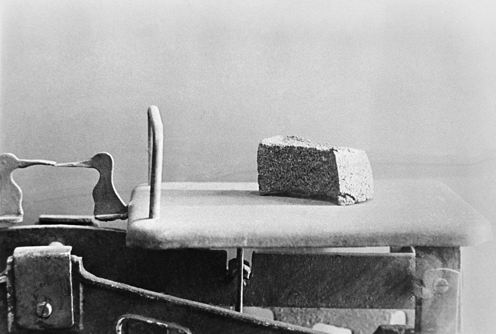 Жителям выдавали хлеб по карточкам. Для многих это была единственная пища. С октября 1941 года суточная норма рабочим составляла 400 г на человека, детям, иждивенцам и служащим — 200 г. К ноябрю 1941 года порцию уменьшили до 250 г и 125 г соответственно. Не хватало муки, и в хлеб добавляли горькие несъедобные примеси. Фото ©ТАСС / Адамович Николай