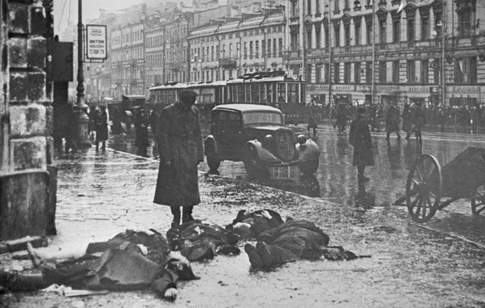 К концу февраля 1942 года в трёхмиллионном городе погибло свыше 200 тысяч человек. На обстрелы и бомбёжки приходилась лишь малая часть всех погибших. Остальные умерли от мороза и голода. Люди вымирали целыми семьями, целыми домами. Фото©Фотохроника ТАСС