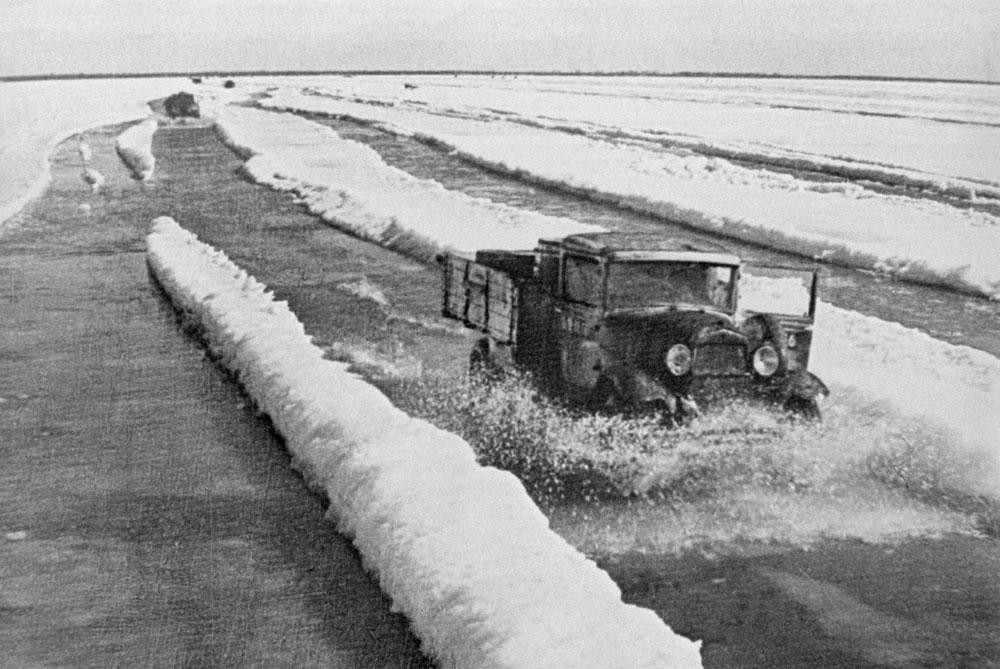 Зимой в Ленинград открыли Дорогу жизни. Это единственный путь снабжения — по замёрзшему Ладожскому озеру. Сотни грузовиков с едой и топливом под обстрелом немецкой артиллерии и авиабомбами пытались доставить необходимые товары ленинградцам. Обратно же вывозили раненых. Фото ©ТАСС / Мазелев Рафаил