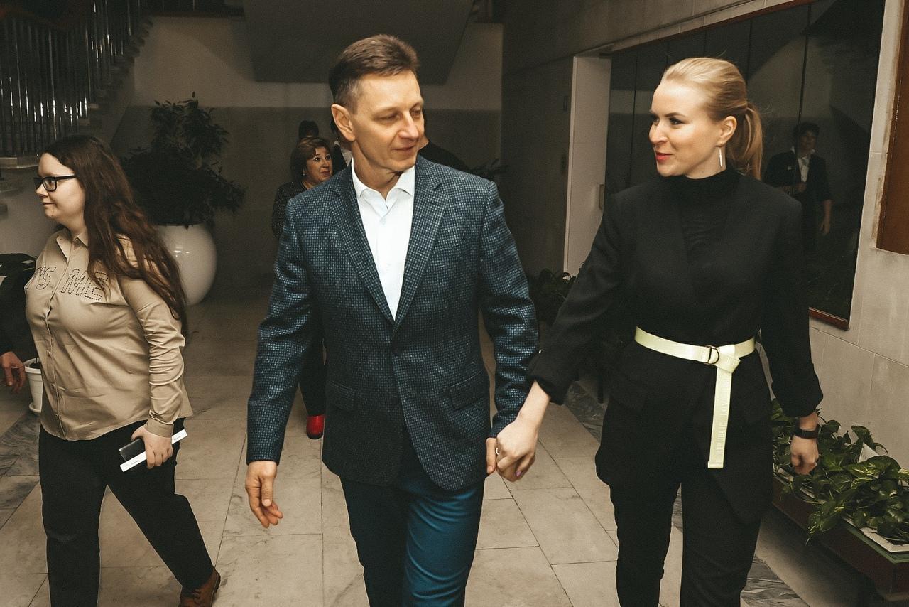 Губернатор и его гражданская жена в театре 14 февраля. Фото © VK / Владимир Сипягин