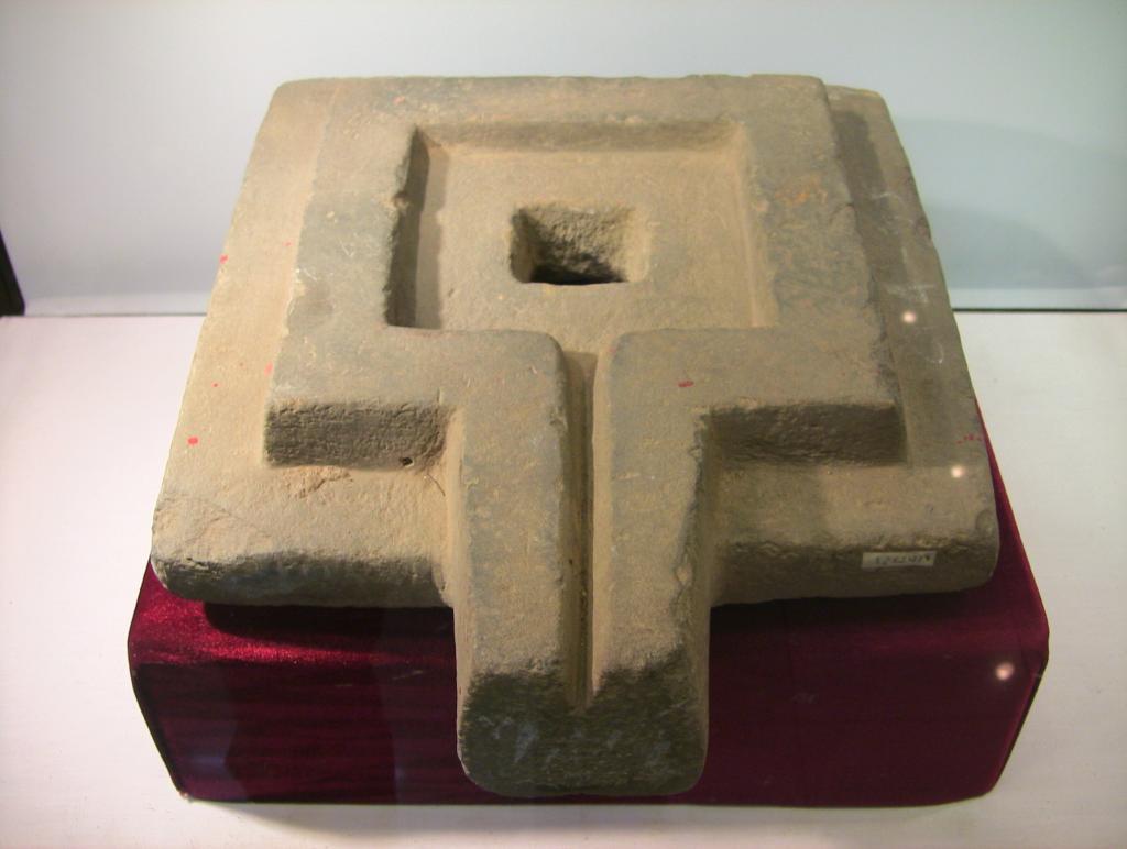 Каменная йони, найденная в Лам Донге. Фото ©Wikipedia