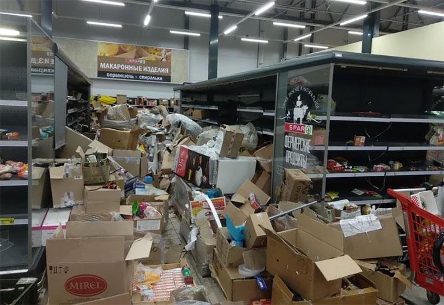 Магазины Абдуллаевых теперь напоминают сцены из фильма о зомби-апокалипсисе. Фото © Twitter / Dodeskaden2