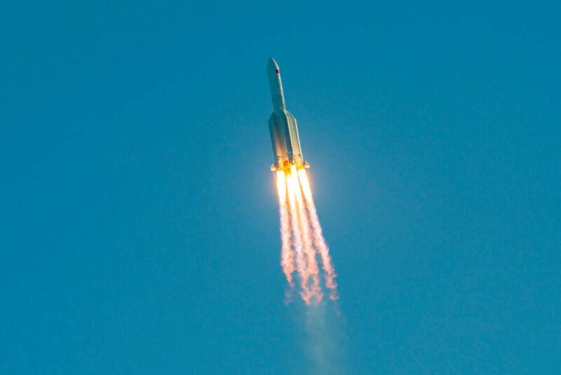 "<p>Фото © <a href=""https://arstechnica.com/science/2020/05/large-chunks-of-a-chinese-rocket-missed-new-york-city-by-about-15-minutes/"" target=""_blank"" rel=""noopener noreferrer"">Ars Technica</a></p>"