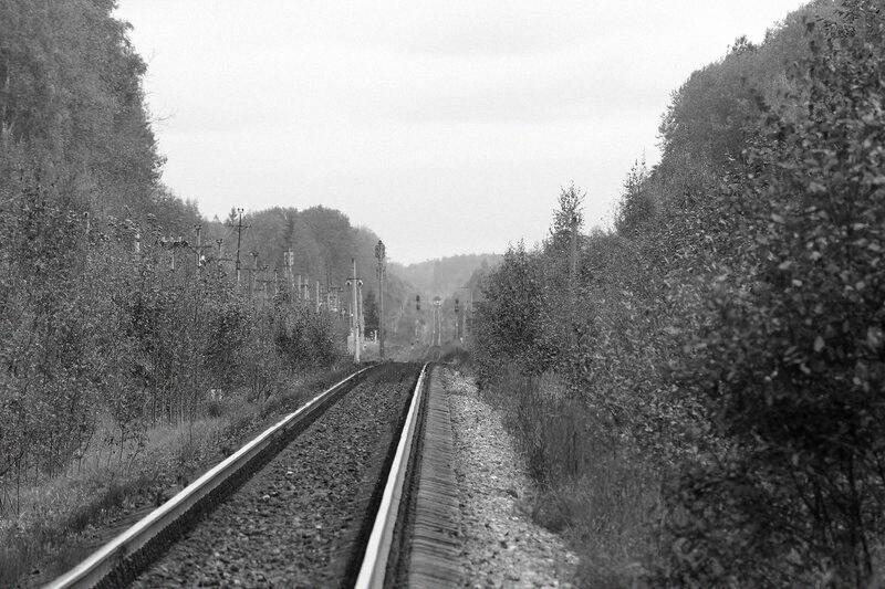 """Станция Подсосенка, лежащая в """"яме"""". Приближается грузовой. Примерно так же навстречу друг другу двигались два поезда ночью, 3 марта 1992 года. Фото © Октябрьская железная дорога"""