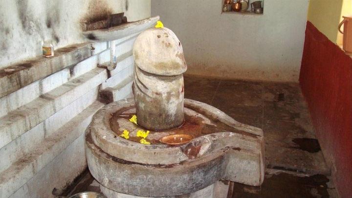 Шива-лингам в храме Шивалая, Девипурам. Фото ©Wikipedia