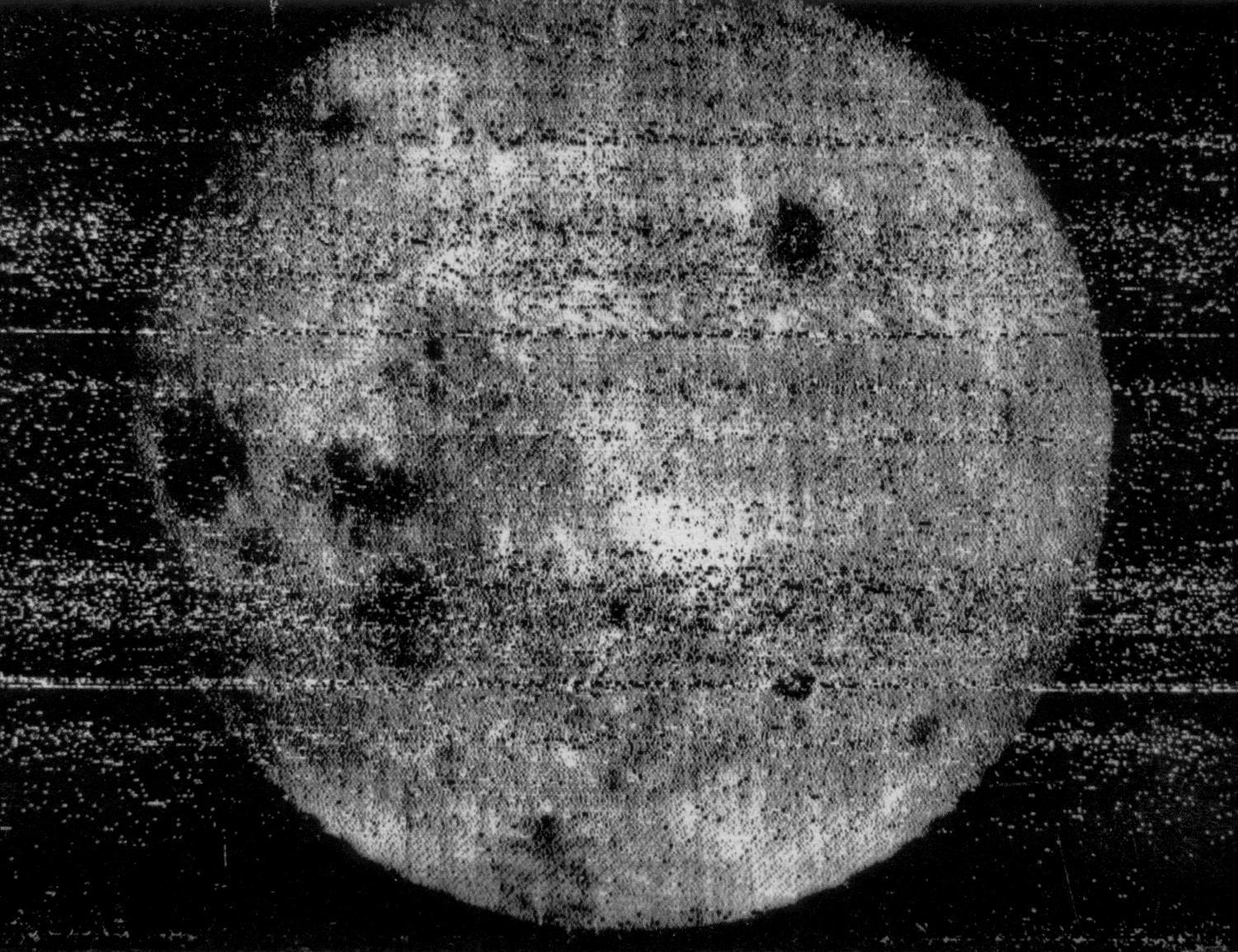 """Первый снимок обратной стороны Луны (""""Луна-3"""", 1959). Фото © Wikipedia"""