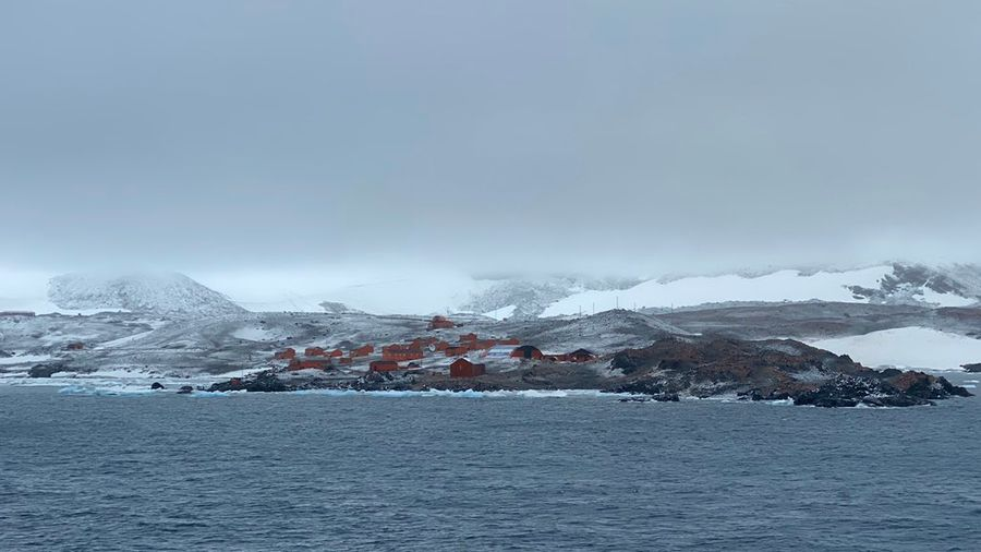 "<p>База ""Эсперанса"" в Антарктиде. Фото © Twitter / <a href=""https://twitter.com/Daisytan31/status/1222130996843368448"" target=""_blank"" rel=""noopener noreferrer"">Daisy Tan</a></p>"