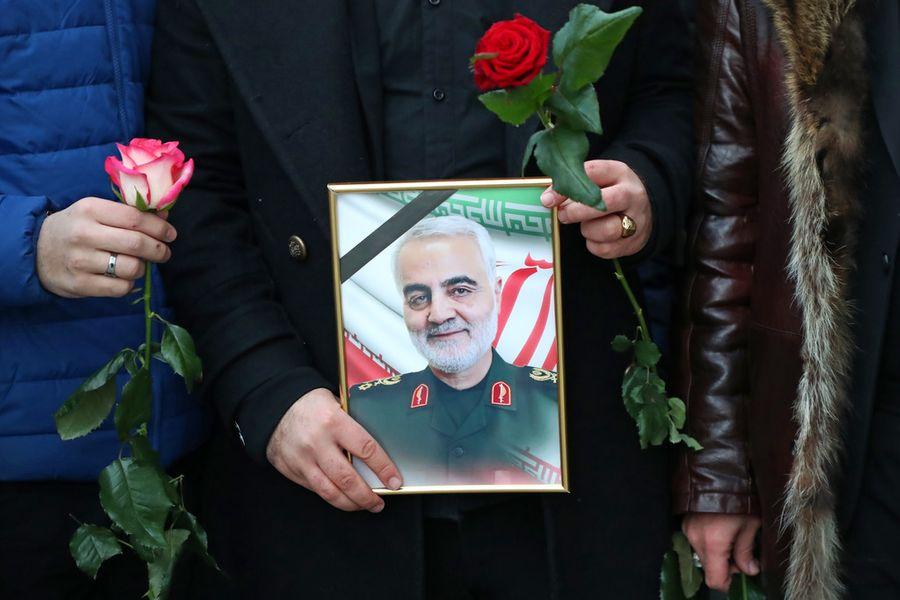 <p>Фотография убитого иранского генерала Касема Сулеймани в руках мужчины у Посольства Ирана в Москве. Фото © ТАСС / Антон Новодережкин</p>