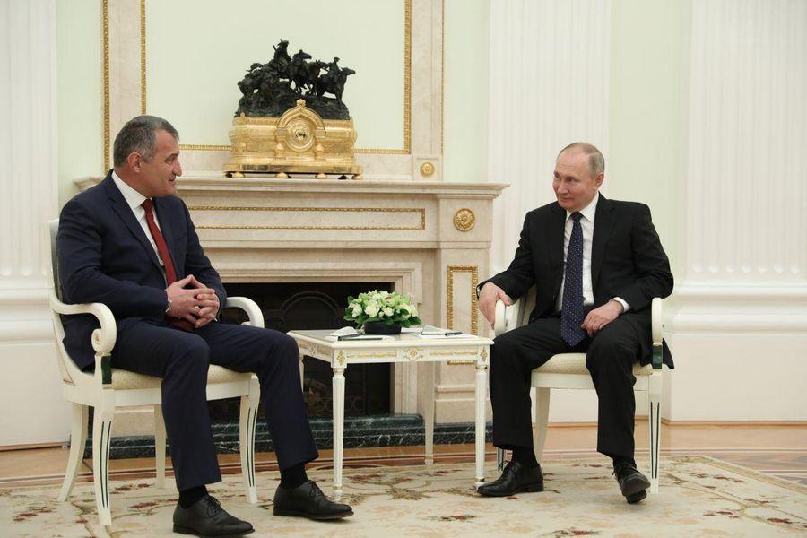 <p>Президент России Владимир Путин и президент Республики Южная Осетия Анатолий Бибилов. Фото © LIFE / Павел Баранов</p>