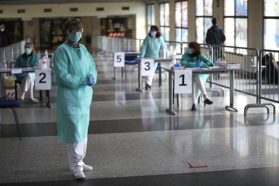<p>Итальянские врачи временного отделения больницы Брешиа. Фото © ТАСС / AP Photo / Luca Bruno</p>