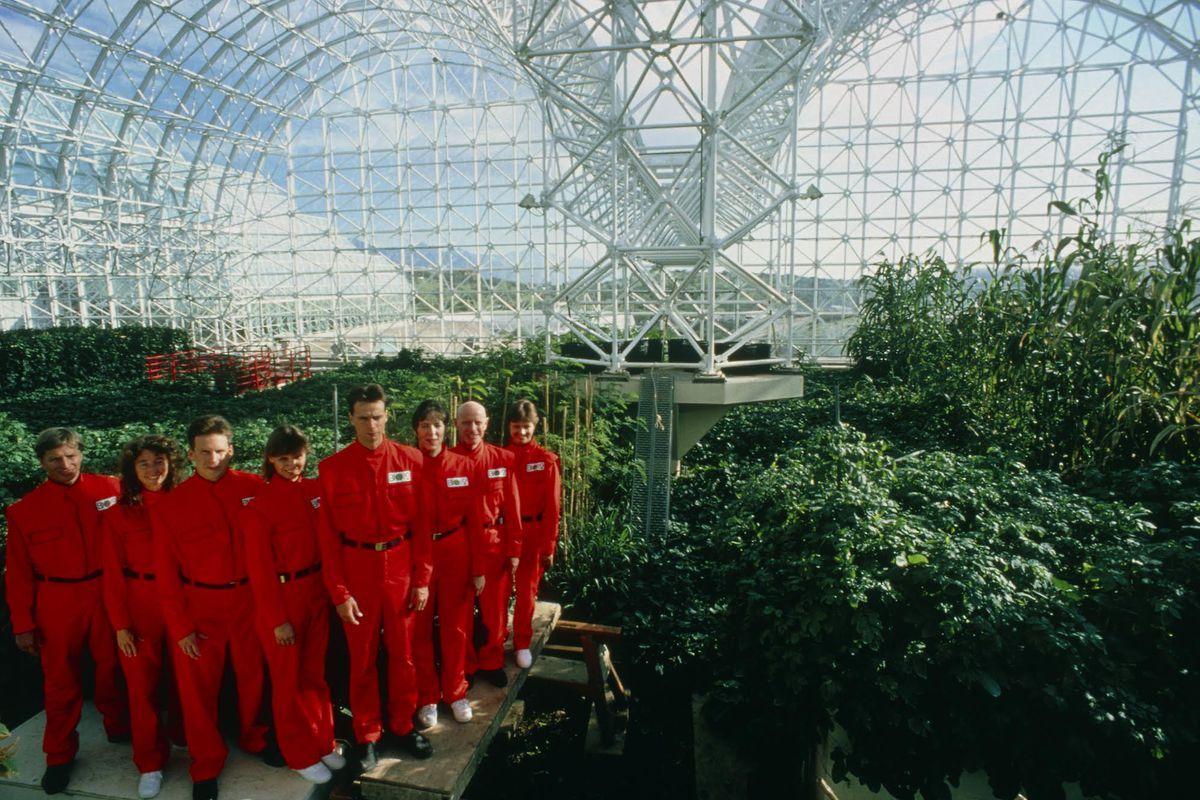 "Участники проекта ""Биосфера-2"" — Джейн Пойнтер, Линда Ли, Марк Ван Тилло, Табер МакКаллум, Рой Уолфорд, Эбигейл Аллинг, Салли Сильверстоун и Бернд Забел — в 1990 году. Фото © Neon"