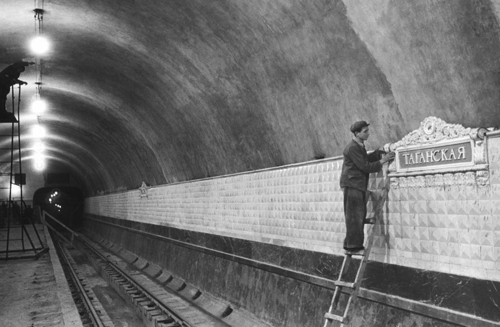 """Метростроевец во время отделочных работ на перроне строящейся станции метро """"Таганская"""" кольцевой линии. Фото © ТАСС / Эммануил Евзерихин"""