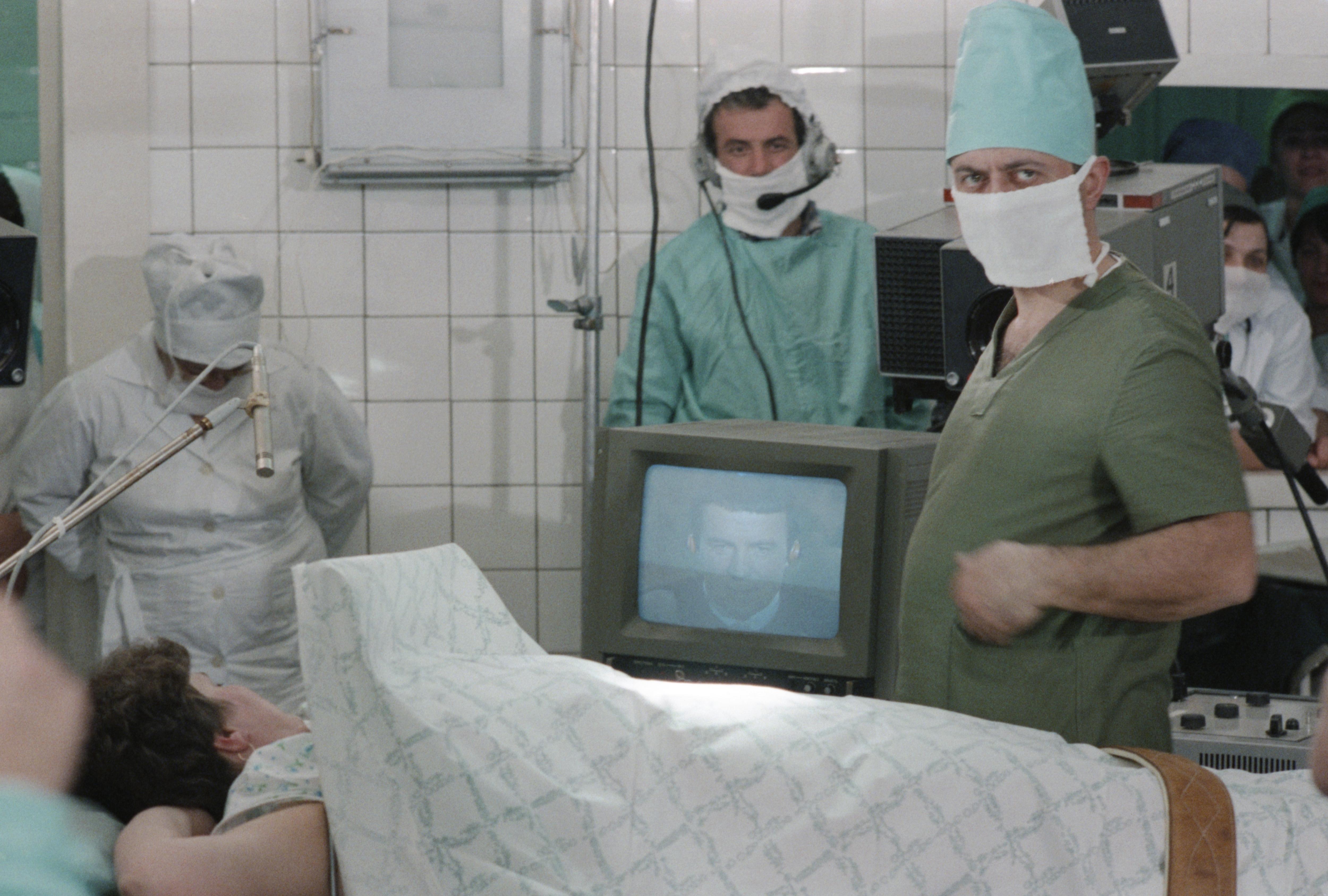 Обезболивание пациента дистанционно — один из нашумевших экспериментов Кашпировского. Фото © ТАСС