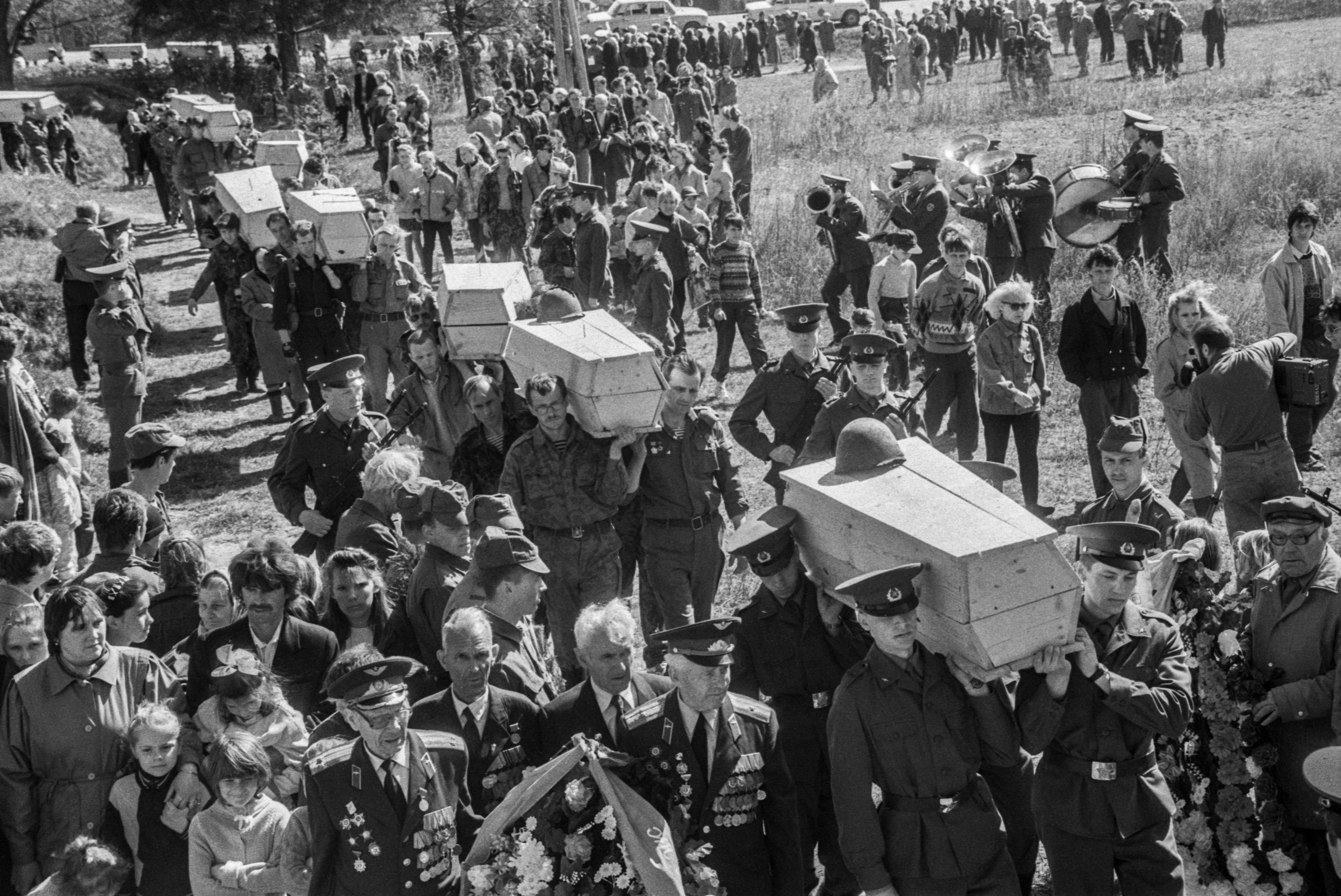 Церемония перезахоронения на окраине деревни Мясной Бор останков солдат Великой Отечественной войны, найденных поисковиками в окрестных лесах.  Фото © ТАСС / Александр Овчинников