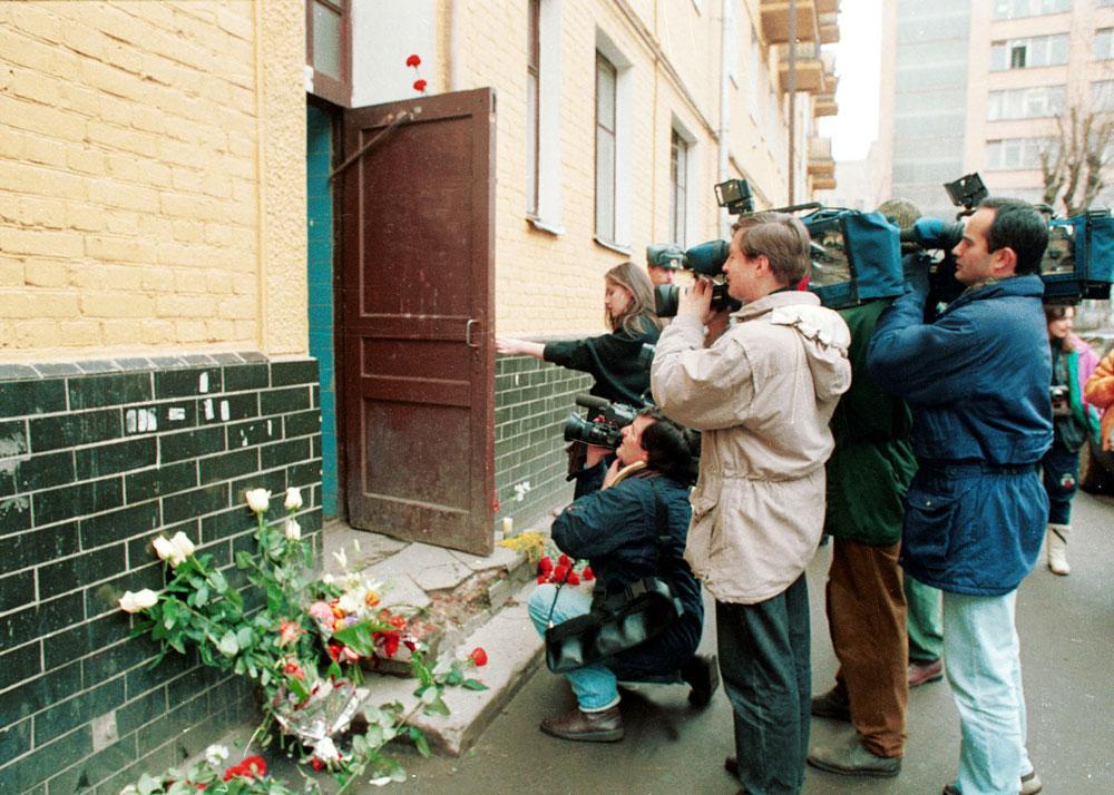 У подъезда дома, в котором жил и трагически погиб Владислав Листьев, сразу после убийства. Фото© ТАСС / Панов Станислав