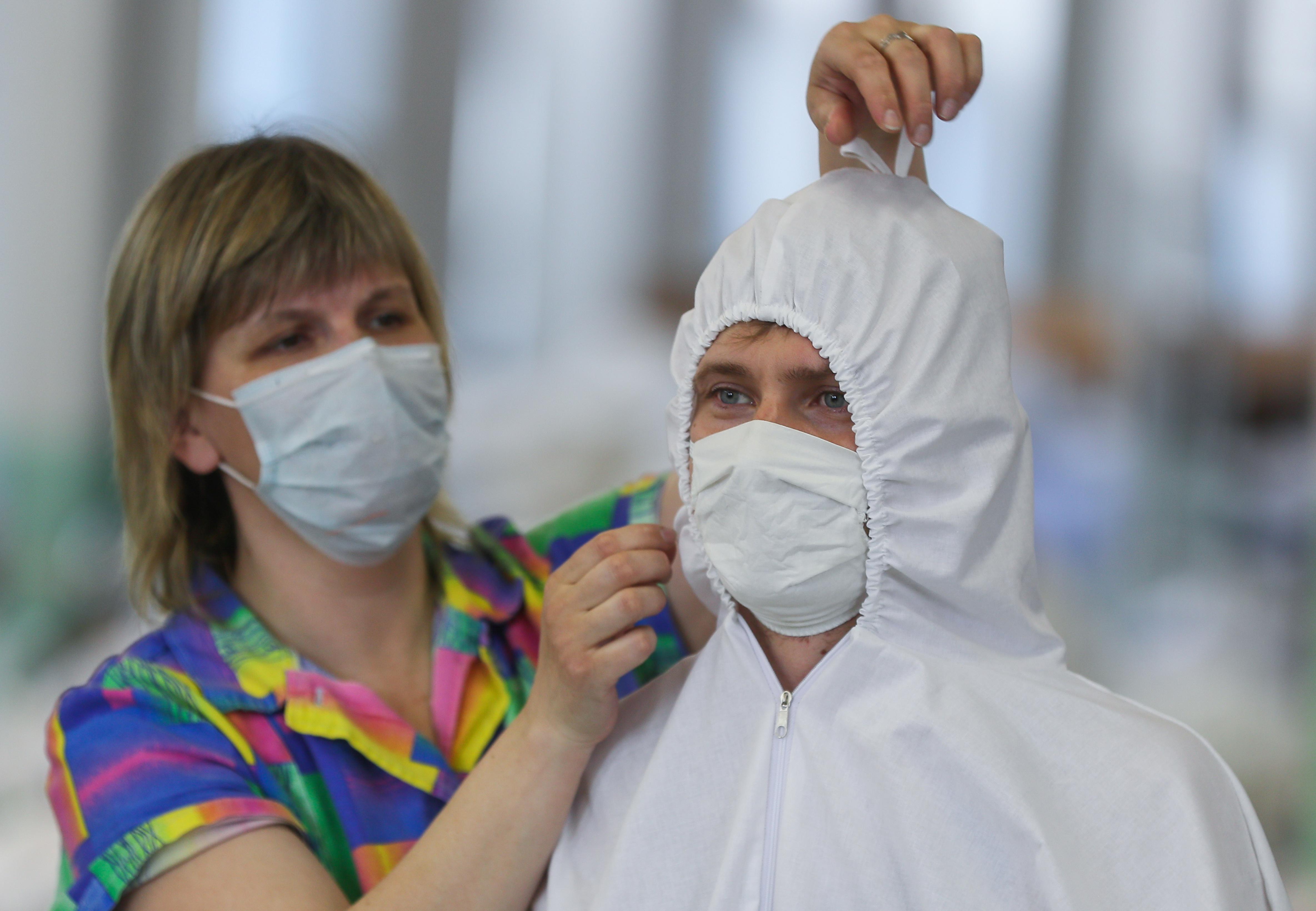 Маски и защитные костюмы — главный тренд этой весны Фото ©ТАСС / Владимир Смирнов