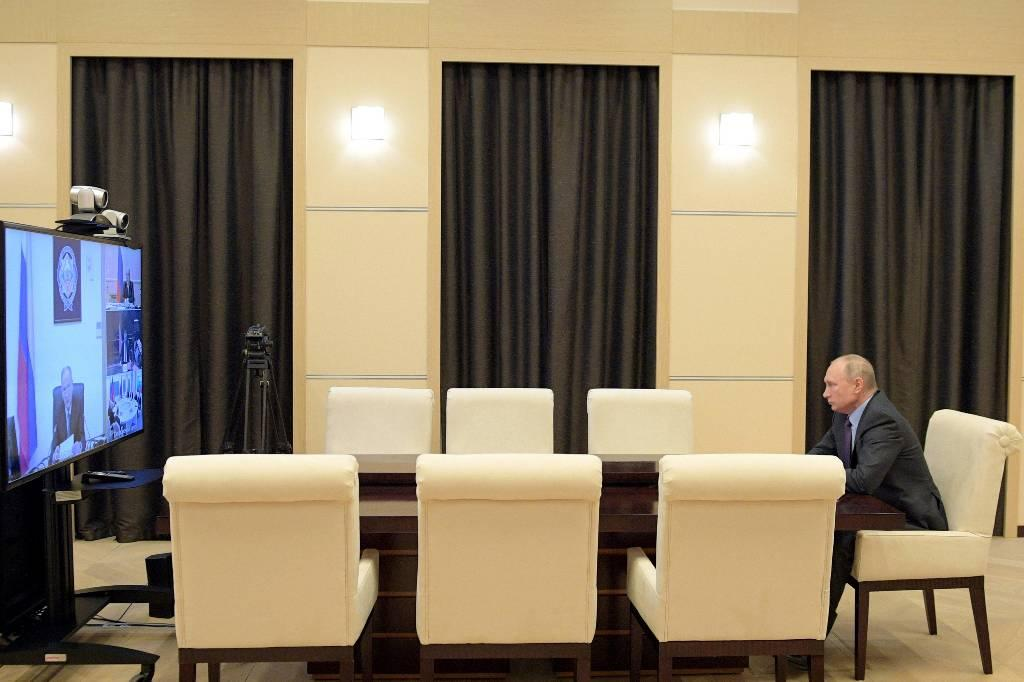 Песков: Дистанционный режим работы Путина может продлиться минимум на неделю
