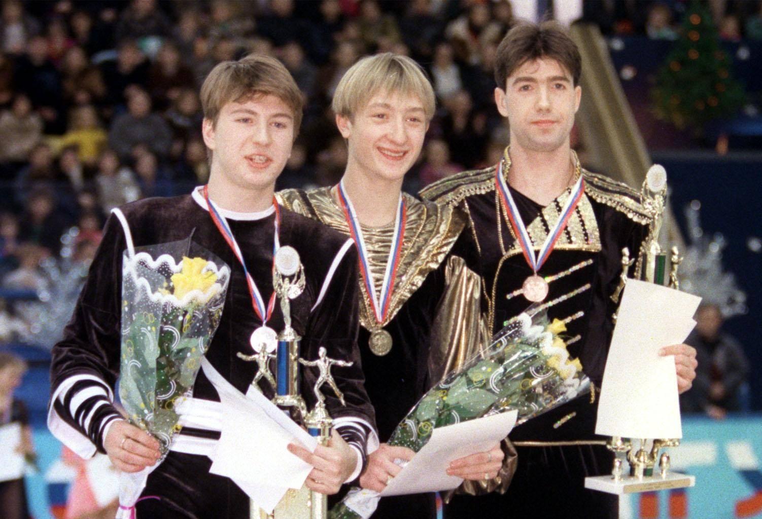 Ягудин (2-е место), Плющенко (1-е место) и Урманов (3-е место) — призёры чемпионата России 1999 года. Фото © ИТАР-ТАСС / Игорь Уткин