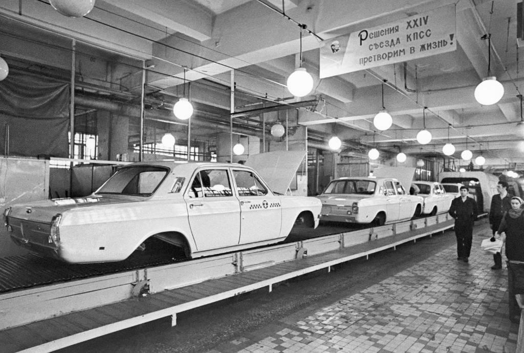 Горький. На участке укомплектовки кузовов автомобилей ГАЗ-24. Фото ©ТАСС / В. Зуфаров, В. Войтенко
