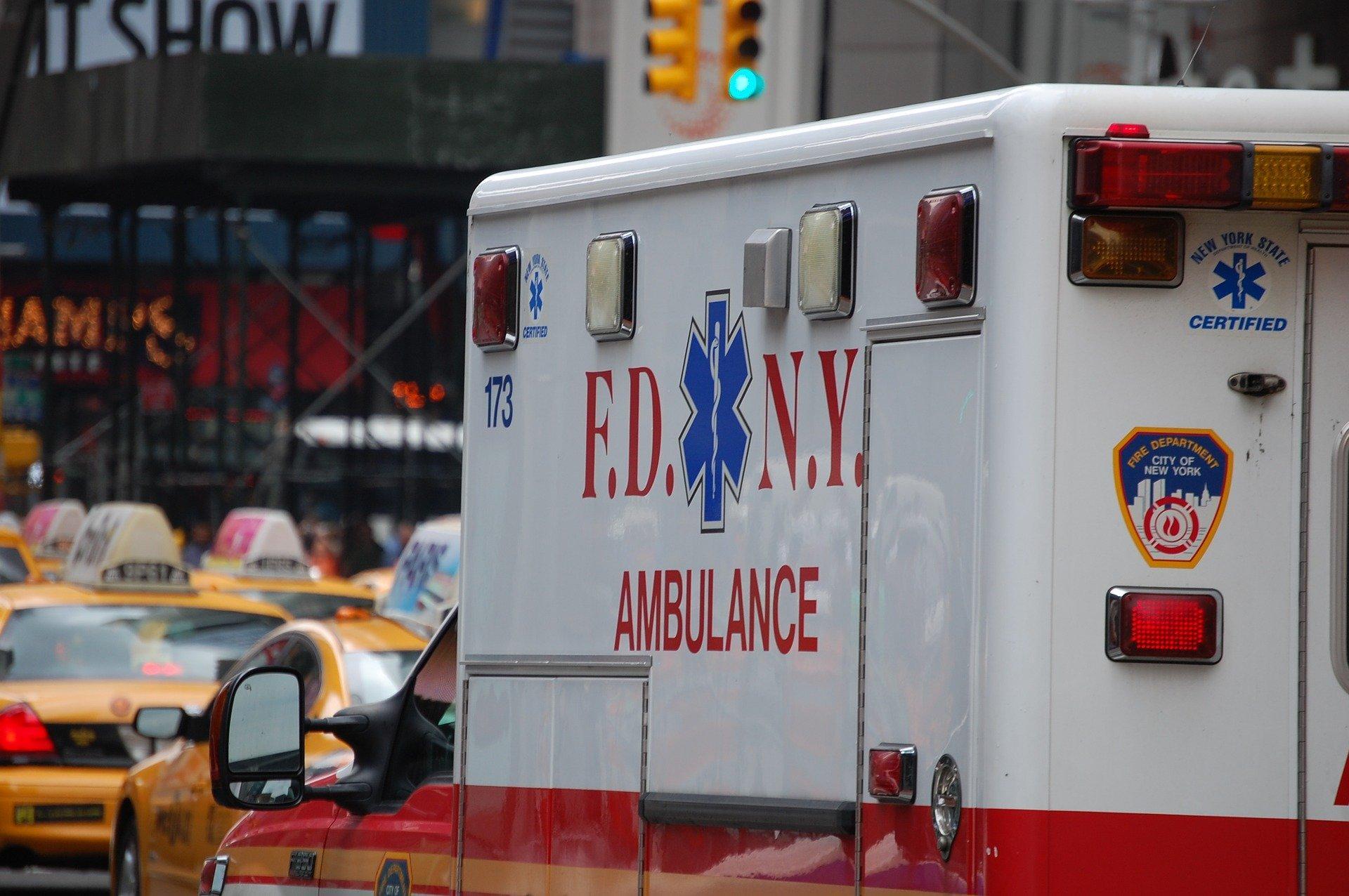 Кончились халаты. Больница в Бруклине будет снабжать медиков дождевиками и пакетами