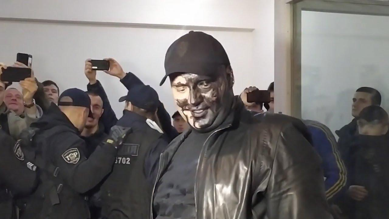 Квадрат доволен — атошники облили его краской в суде. Скриншот © YouTube