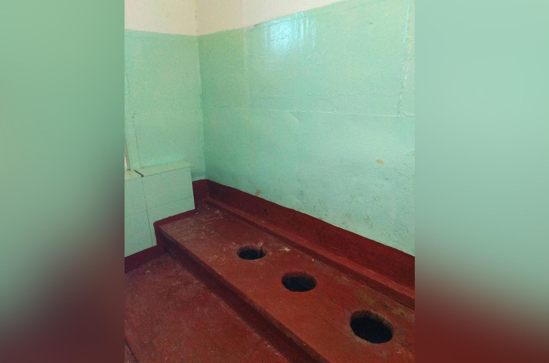 Школьный туалет в прежнем варианте. Фото © Instagram / glava_miass