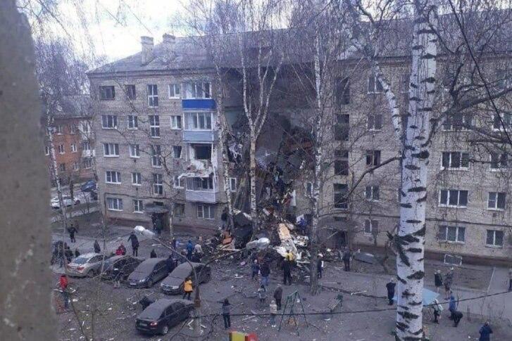 Жильцов дома в Орехово-Зуеве, чьи квартиры разрушены после взрыва, размещают в школе