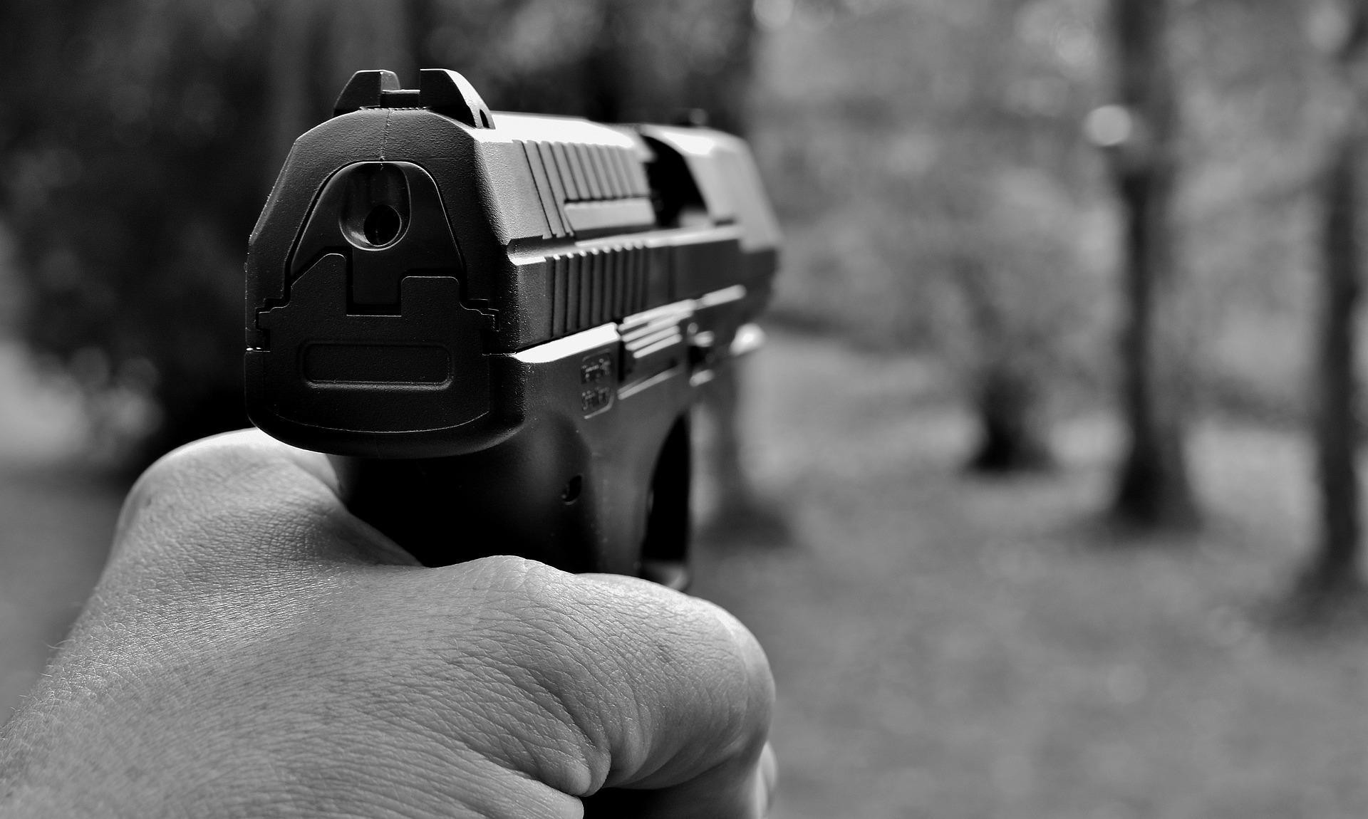 На северо-западе Москвы таксист и двое прохожих устроили драку со стрельбой