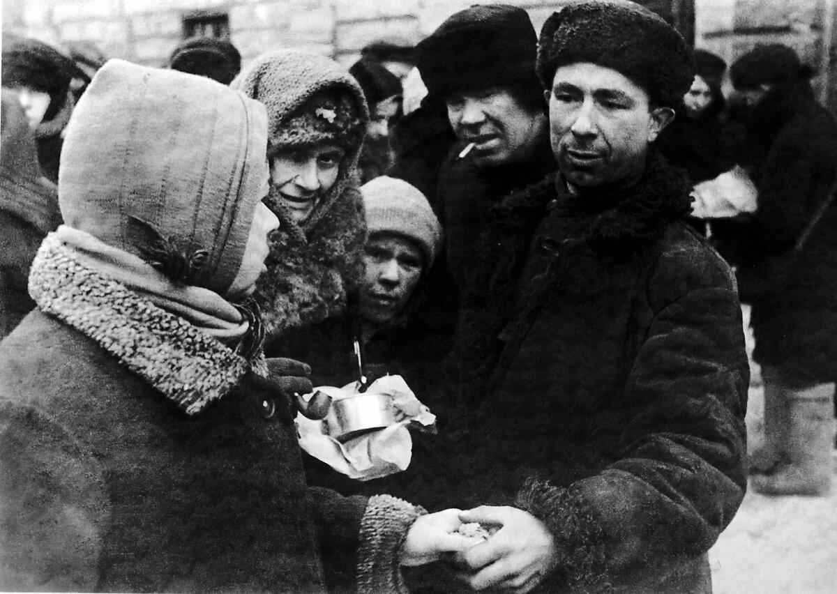 Торговля продуктами на улицах блокадного Ленинграда. Фото ©diary-culture.ru