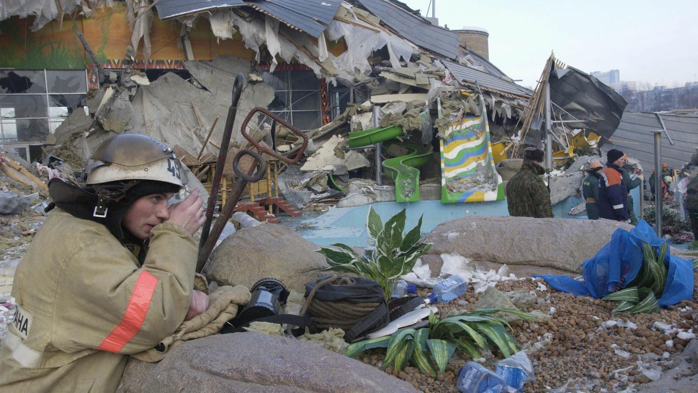 Спасатели работают на месте обрушения. Фото ©Gazeta.ru