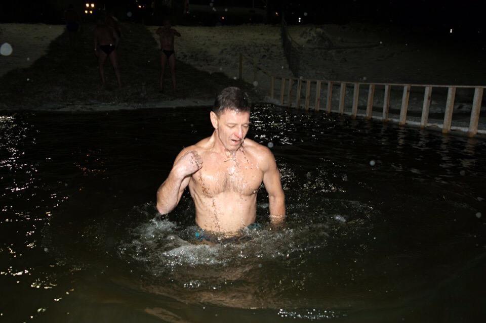 Губернатор Сипягин окунается в крещенскую купель. Фото © VK / Владимир Сипягин